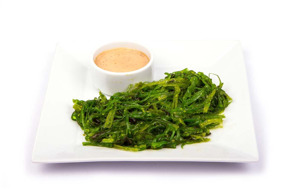 Суши, роллы и салат из водорослей чука